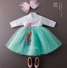 """러블리한 디자인 여아한복 상품명 :지젤 . . 아름답게 지은 우리옷 www.yujuboutique.com . . #여아한복 #여아고급한복 #퓨전한복 #한복스타그램 #레이스한복…"""""""