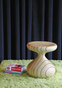Banco com função de mesa lateral Ampoule Risca de Giz, de madeira certificada.