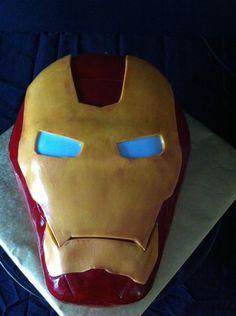 SUPER-HÉROS. Un gâteau Iron Man avec les yeux éclairés !