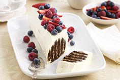 Choc ripple : Create an impressive cake without ever turning on the oven. Taste members adore this choc ripple refrigerator cake and for good reason. Christmas Lunch, Christmas Cooking, Christmas Desserts, Christmas Ideas, Christmas Recipes, Christmas 2019, Christmas Buffet, Christmas Plates, Christmas Cupcakes