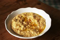 Hummus selber machen Hummus ist im Nahen Osten eine weit verbreitete Spezialität. Spätestens wenn man ein libanesisches Restaurant aufsucht wird man mit dieser Köstlichkeit aus pürierten Kichererbs…