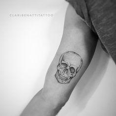 28 Ideas For Tattoo Thigh Skull Ink Tatto Skull, Small Skull Tattoo, Skull Rose Tattoos, Feather Tattoos, Finger Tattoos, Leg Tattoos, Body Art Tattoos, Tattoos For Guys, Sleeve Tattoos