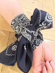 """おしゃれなIt girlたちがこぞって使っている""""スカーフ""""。もう手に入れましたか?手に入れている人もこれからの人にもおすすめなのが手首にスカーフを巻いたアレンジです。手首にスカーフを巻いてこなれ感UPで、おしゃれの最前線へすすみましょう!"""