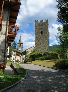 Champorcher (Valle d'Aosta) - borgo medioevale Turin, Italian Beauty, Ancient Architecture, Tower Bridge, Italy Travel, Places To Go, Mansions, Potpourri, House Styles