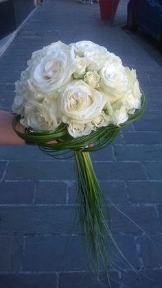 Bouquet rond de mariée. Roses blanches petits et gros boutons, bergrass