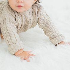 suéter bebê unissex em tricô de tranças nude - tricô com trama linda de tranças pra um lookinho estiloso, moderno e quentinho. Confeccionado em algodão. #modabebe #trico #modainfantil #bebeestiloso #tricot #lookdebebe #fashionbaby #bebemoderno #conforto #modaescandinava #escandinavo #estilonórdico #inverno #fofura #estiloescandinavo #sueterbebe #bebevintage