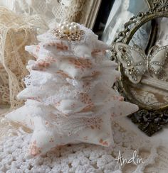 Bílé vánoce Shabby Chic vánoční dekorace. Stromeček je ušit z bavlněné látky v barvě bílé s růžovými kvítky. Doplněn je pletenými krajkami v bílé barvě, a štrasovou brožkou. Výška 13 cm ,průměr pevného podstavce 9,5 cm Autorské zpracování, děkuji že nekopírujete. Vzhledem k rozměrů zasílám v krabiče jako balíček.