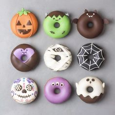 Donuts so creative you almost dont want to eat them. I mean come on their donuts. Donuts so creative you almost dont want to eat them. I mean come on their donuts. Halloween Donuts, Halloween Cake Pops, Halloween Snacks, Dessert Halloween, Happy Halloween, Halloween 2018, Halloween Halloween, Chocolat Halloween, Youtube Halloween