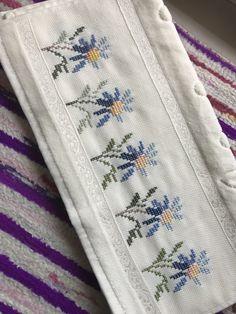 Cross Stitch Boarders, Small Cross Stitch, Cross Stitch Flowers, Cross Stitch Embroidery, Hand Embroidery, Kutch Work Designs, Swedish Weaving, Organic Art, Cross Stitch Patterns