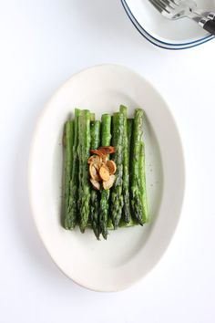 This is super simple Sauteed Garlic Asparagus Recipe. Seasoning is only salt and pepper and enjoy the sweetness from seasonal asparagus with flavor of garlic. Japanese Vegetables Recipe, Healthy Japanese Recipes, Healthy Dessert Recipes, Side Dishes For Fish, Best Side Dishes, Main Dishes, Japanese Side Dish, Japanese Food, Traditional Japanese