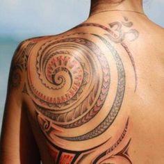 tatouage dos femme motif tribal polynesien