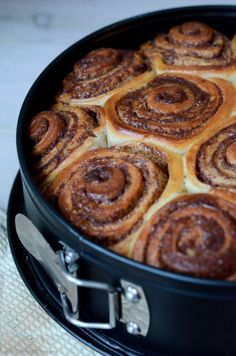 Lovely greasy cinnamonbuns (in Danish) Baking Recipes, Cake Recipes, Dessert Recipes, Danish Food, Food Crush, Let Them Eat Cake, I Love Food, Yummy Cakes, No Bake Cake