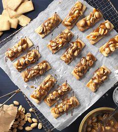 Peanut sticks with salted caramel recipe Aunt Fanny-Erdnussstangen mit Salzkaramell – Rezept Peanut Recipes, Caramel Recipes, Easy Cookie Recipes, Cake Recipes, Food Cakes, Desert Recipes, Winter Food, Healthy Baking, Cake Cookies