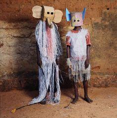 Desde meados dos anos 80, Phyllis Galembo tem produzido um impressionante trabalho fotográfico que documenta o caráter físico, costumes e rituais das práticas religiosas e populares africanas e suas manifestações no Caribe e na América do Sul.