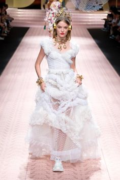 Dolce & Gabbana Spring 2019 Ready-to-Wear Fashion Show Collection: See the complete Dolce & Gabbana Spring 2019 Ready-to-Wear collection. Look 82 Women's Runway Fashion, Fashion Mode, Trendy Fashion, Spring Fashion, Fashion 2018, Style Fashion, Fashion Online, Fashion Trends, Couture Mode
