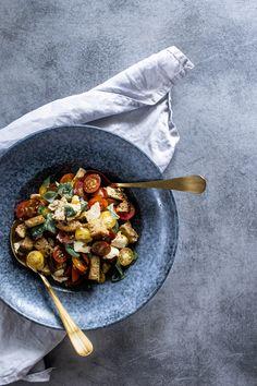 Panzanella: recept na jednoduchý salát s krutony | n e j e z b l b e Mozzarella, Feta, Acai Bowl, Breakfast, Acai Berry Bowl, Morning Coffee, Morning Breakfast