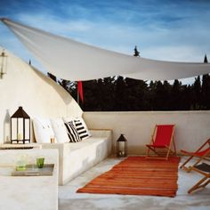 Greek-inspired terrace... pleaaaaaase?! I would kill to have a rooftop terrace to come home to.