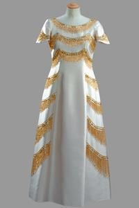 Cream silk shift with gold tassel embroidery in tiers Norman Hartnell First worn by Queen Elizabeth II for the State Visit to Japan, June Queen Outfit, Queen Dress, Vintage Dresses, Vintage Outfits, Vintage Fashion, Norman Hartnell, Elisabeth Ii, 20th Century Fashion, Royal Fashion