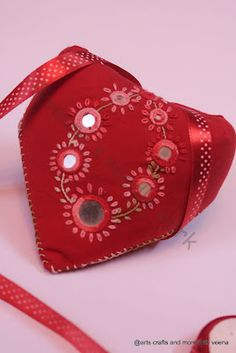 HI This week Sharon Of Pintangle announced Lazy Daisy as the stitch of the week.This stitch belongs to the chain stitch family and is oth. Heart Mirror, Chain Stitch, Arts And Crafts, Art Crafts, Pin Cushions, Fashion Backpack, Daisy, Mirrors, Embroidery