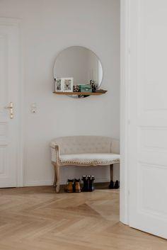 Wohntraum im Servitenviertel - Wiener Wohnsinnige Homestory Entryway Bench, House Tours, Oversized Mirror, Rooms, Furniture, Home Decor, Love Seat, Homes, House