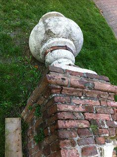 Dopo il terremoto dell'Emilia del 20 maggio 2012 le 6 guglie decorative sono state rimosse per sicurezza e sono state lasciate nel giardino antistante.