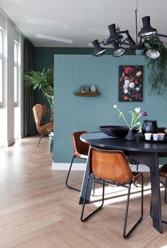In de eethoek een ronde tafel en ook 1 wand in een contrasterende kleur.