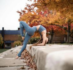 Yoga poses offer numerous benefits to anyone who performs them. There are basic yoga poses and more advanced yoga poses. Here are four advanced yoga poses to get you moving. Yoga Inspiration, Calisthenics Women, Yoga Fitness, Body Women, Beautiful Yoga Poses, Basic Yoga Poses, Yoga Tips, Yoga Posen, Yoga Pictures