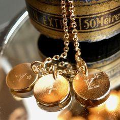 • ce que j'ai aimé, je l'aimerais toujours • Sur nos 3 médailles 10mm, vous pouvez nous demander des initiales ou des petits mots courts, nous vous les graverons sous 48 h (disponible sur delphinepariente.fr ou dans nos boutiques à Paris et à Biarritz). #delphinepariente #paris #biarritz #btz #personalizedjewelry #jewelry #necklace #jewelrydesigner #gold #love #forever #message #jewels Photo @delphinepariente