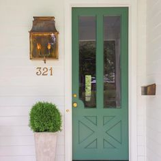 The Saturday 6 ONE. The green door first caught my attention, but I also really like the living room layout in this inspiration house. A Knoxville designer's pretty portfolio. I always a get a kick out of these kinds of lists. Green Front Doors, Exterior Front Doors, Painted Front Doors, Front Door Colors, Front Door Decor, Door Entry, Front Entry, Front Door Lighting, Garage Doors