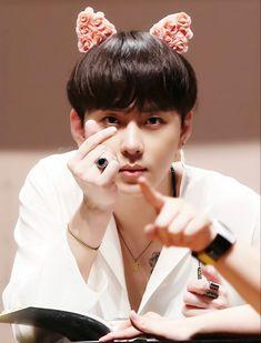 Junhyung - Beast 160709 | Highlight Fansign Jung Jin Woo, Yoon Doo Joon, Yong Jun Hyung, Light Highlights, Dragon Birthday, All About Kpop, Yoseob, Beauty Forever, K Pop Star