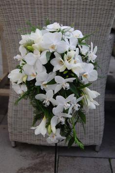Bruidsboeket in druppelvorm. Witte orchidee (Phalaenopsis), witte freesia. www.meesterlijkgroen.nl