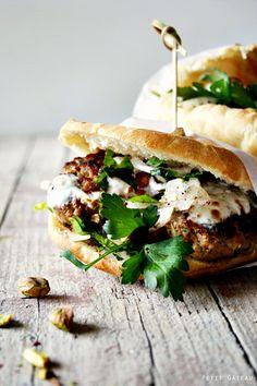 Köfte im Pidebrötchen mit Zwiebelsalat und gerösteten Pistazien // köfte in a pidebread with onionsalad and roasted pistachios