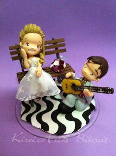 Noivo fazendo serenata para noiva no banquinho da praia de santos