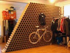 wall made by recycling cardboard tubes Cardboard Tube Crafts, Cardboard Furniture, Cardboard Crafts, Cardboard Display, Recycled Furniture, Recycling, Bike Storage, Deco Design, Retail Design