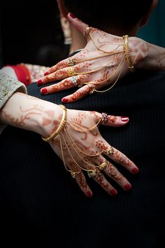 Lovely Bride and her henna; a Persian and Chinese Wedding Indian Jewelry Earrings, Jewelry Design Earrings, Gold Earrings Designs, Hand Jewelry, Arabic Jewelry, Gold Jewelry Simple, Stylish Jewelry, Fashion Jewelry, Gold Bangles Design
