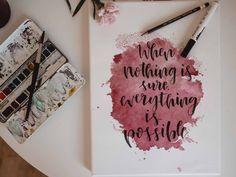 Tutorial: Aquarellfleck mit Handlettering Spruch auf Keilrahmen - jolimanoli Calligraphy Doodles, Calligraphy Quotes, Copic Kunst, Hand Lettering, Lettering Ideas, Diy And Crafts, Presents, Bullet Journal, Letters