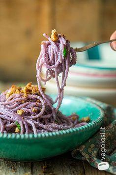 Spaghetti ai 5 cereali con pesto di cavolo cappuccio viola ✫♦๏☘‿SA Oct ༺✿༻☼๏♥๏写☆☀✨ ✤ ❀‿❀ ✫❁`💖~⊱ 🌹🌸🌹⊰✿⊱♛ ✧✿✧♡~♥⛩ ⚘☮️❋ Pesto, Veggie Recipes, Snack Recipes, Vegetarian Recipes, Food Crush, Spaghetti, Xmas Food, Weird Food, Foods With Gluten