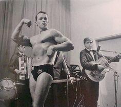 Cette photographie a été prise durant la toute première compétition de bodybuilding de Arnold  Schwarzenegger.