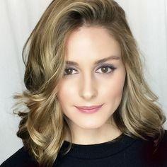 Olivia Palermo estava com o cabelo comprido, mas resolveu mudar o look para aproveitar o verão norte-americano. Ela é mais uma adepta do lob e também deu uma clareada nos fios.