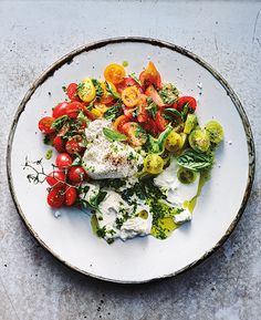 This light salad—a great way of using up leftover pesto in your fridge—is best served in the summer, when tomatoes are at the peak of their season. Healthy Soup Recipes, Salad Recipes, Vegetarian Recipes, Cooking Recipes, Skillet Recipes, Cooking Tools, Tomato Mozzarella Salad, Pesto Salad, Tomato Pesto