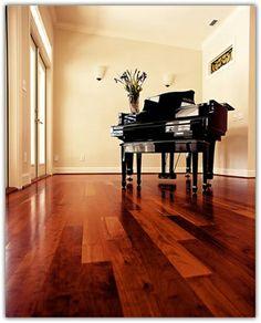 Planchers en bois de cerisier and a black piano. It sounds great! _________________Cherry wood floor et un piano noir. Ça sonne très bien!