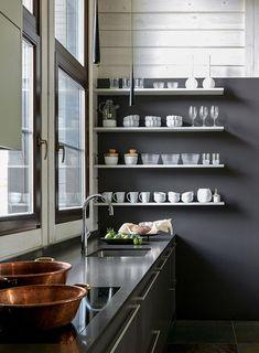 Optez pour des étagères ouvertes dans la cuisine : elles sont parfaites pour exposer la jolie vaisselle et les objets du quotidien ! Old Cottage, Log Homes, Kitchen Organization, Cool Kitchens, Vintage Furniture, Decoration, Interior And Exterior, Blinds, Open Shelving