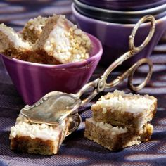 Backofen auf 175 °C vorheizen. Butter, Zucker, Vanillinzucker und Eier schaumig rühren. Mehl und Backpulver dazusieben, Schokolade reiben und...