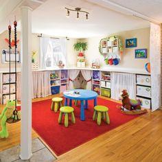Propriétaire d'une garderie en milieu familial et elle-même mère de deux enfants, l'occupante souhaitait transformer son salon situé au rez-de-chaussée en un véritable terrain de jeux pour les enfants. La petite marmaille peut maintenant jouer librement dans un monde bien à elle, tout en couleurs!