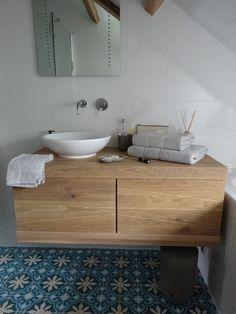 Zelf de badkamer verbouwen in 8 stappen - Zwevend badmeubel, opbouw wasbak en blauwe portugeese tegels <3