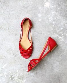 Sandals Summer - s é z a n e - coquelicot - There is nothing more comfortable and cool to wear on your feet during the heat season than some flat sandals. Pretty Shoes, Beautiful Shoes, Cute Shoes, Me Too Shoes, Pretty Sandals, Zapatos Shoes, Shoes Sandals, Flat Sandals, Flat Shoes