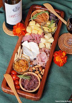 Três sugestões de combinações para uma tábua de queijos, frios e acompanhamentos