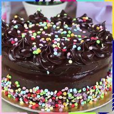 Simple chocolate birthday cake How to make a simple chocolate birthday cake! Credit: Cakepedia Simple Chocolate Birthday Cake 0 Source by cakesmake Make Birthday Cake, Birthday Cake Flavors, Cupcake Flavors, Cake Recipes, Dessert Recipes, Salty Cake, Köstliche Desserts, Food Cakes, Savoury Cake