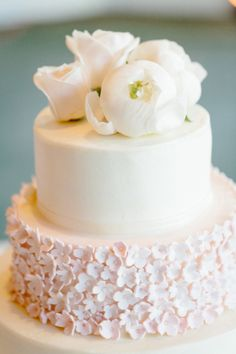 Ivory Wedding Cake With Pink Daisy Sugar Flowers   photography by http://erinheartscourt.com/