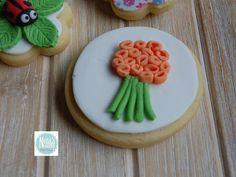 NONA'S Candy: Ramo flores naranjas sobre fondant blanca en galleta de mantequilla